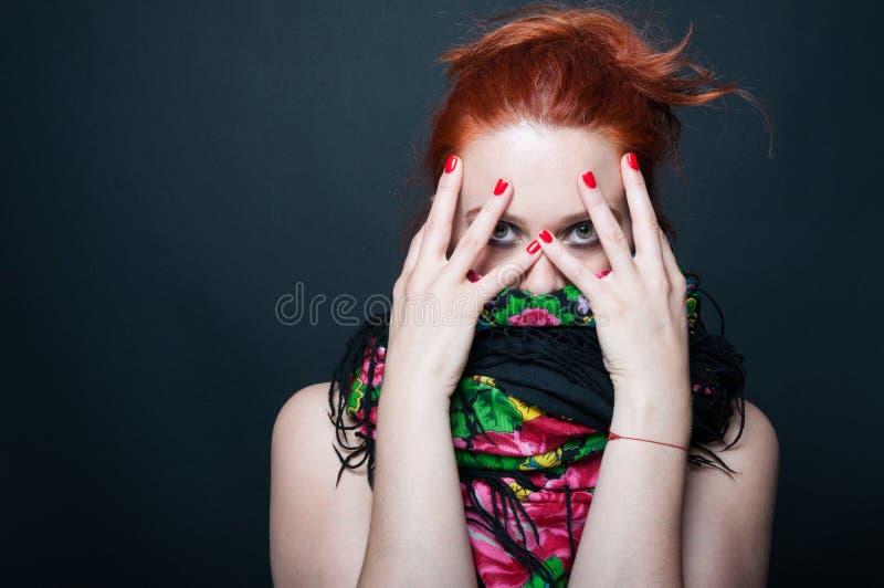 Jeune femme de beauté posant avec le visage couvert image libre de droits