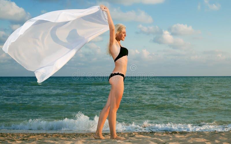 Jeune femme de beauté sur la mer photographie stock