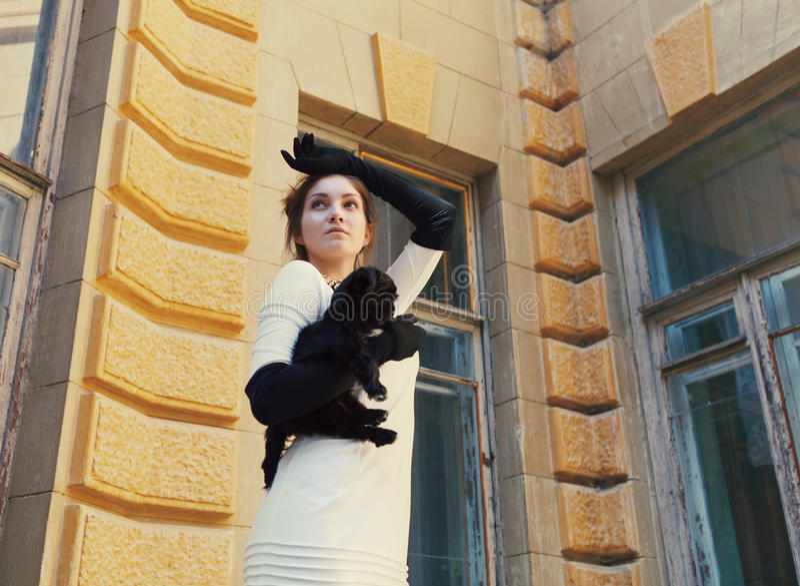 Jeune femme de brune étreignant son chiot de chien de recouvrement images stock