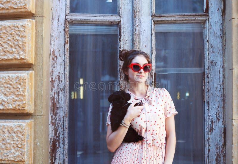 Jeune femme de brune étreignant son chiot de chien de recouvrement photos libres de droits
