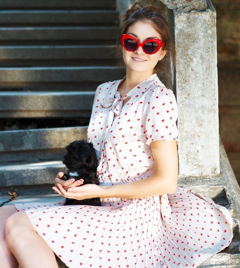 Jeune femme de brune étreignant son chiot de chien de recouvrement images libres de droits