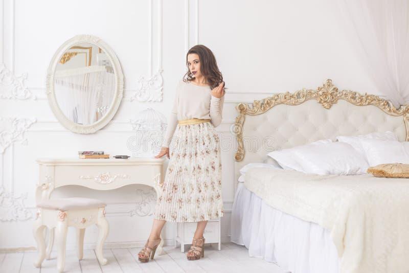Jeune femme de brune de beauté dans l'intérieur à la maison de luxe image stock
