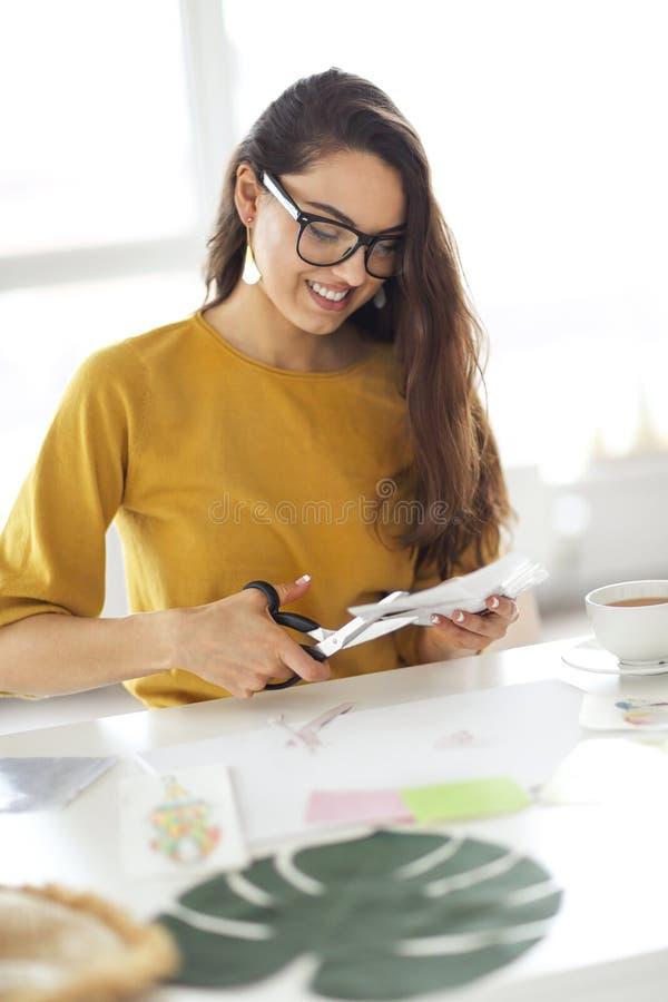 Jeune femme de brune cr?ant sa carte de souhait de Feng Shui image libre de droits