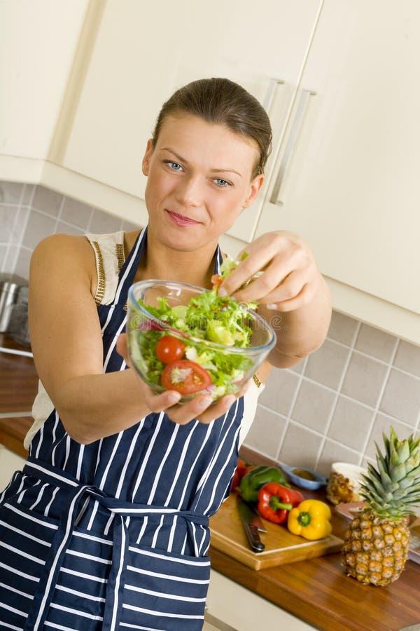 Jeune femme de brune mangeant d'une salade image libre de droits