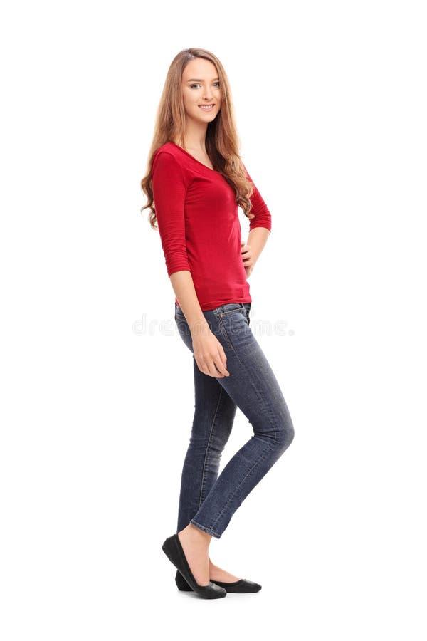 Jeune femme de brune posant dans des vêtements sport images libres de droits