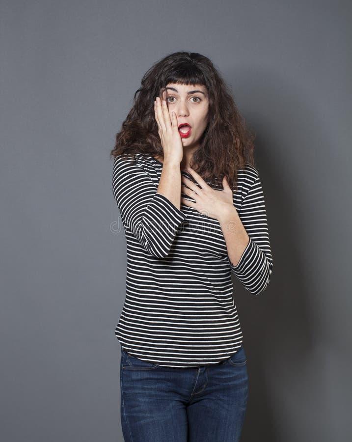 Jeune femme de brune semblant déçue photos stock