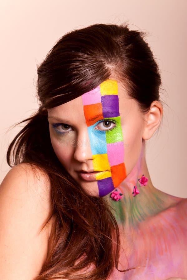 Jeune femme de brunette avec le renivellement coloré image libre de droits