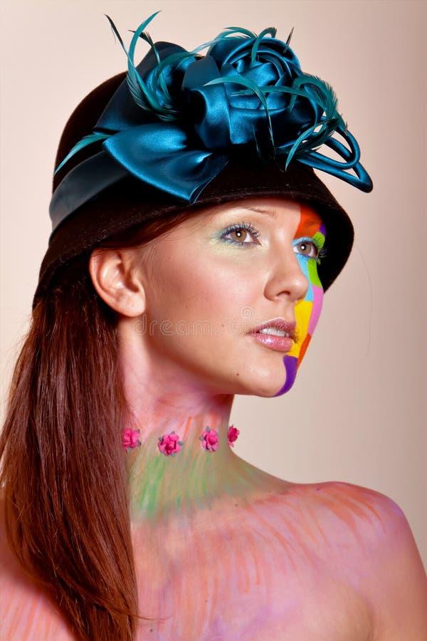 Jeune femme de brunette avec le renivellement coloré photo libre de droits