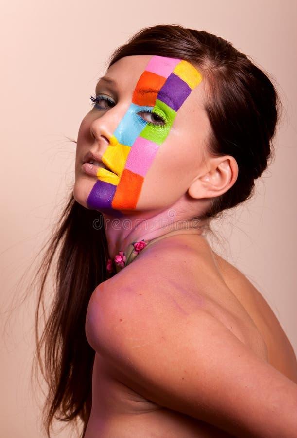 Jeune femme de brunette avec le renivellement coloré images libres de droits