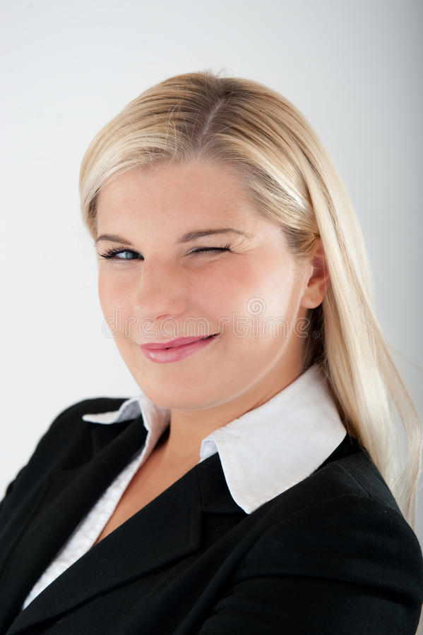 Jeune femme de busines dans cligner de l'oeil de procès photos stock