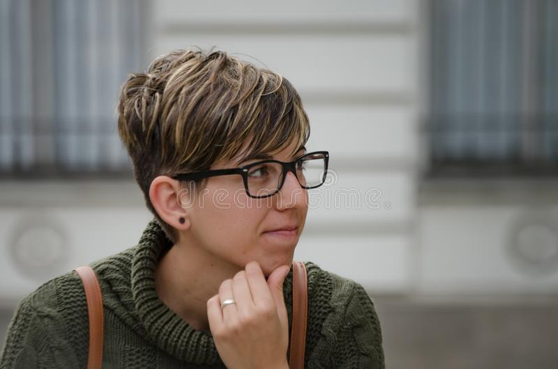 Jeune femme de caucasion avec les cheveux courts et les verres photos libres de droits