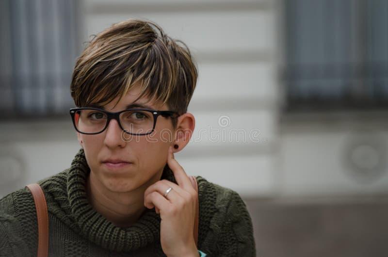 Jeune femme de caucasion avec les cheveux courts et les verres image stock