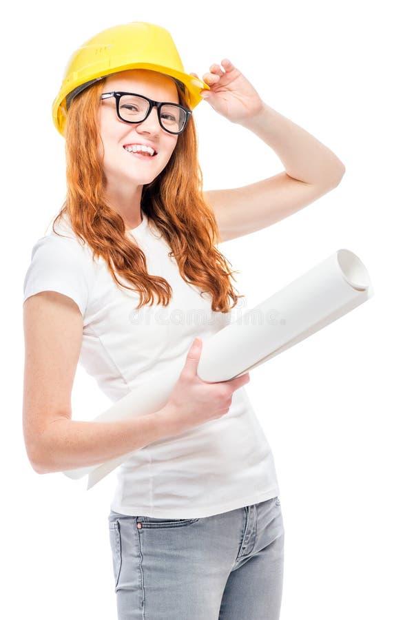 Jeune femme de constructeur avec des projets dans un casque antichoc jaune images libres de droits