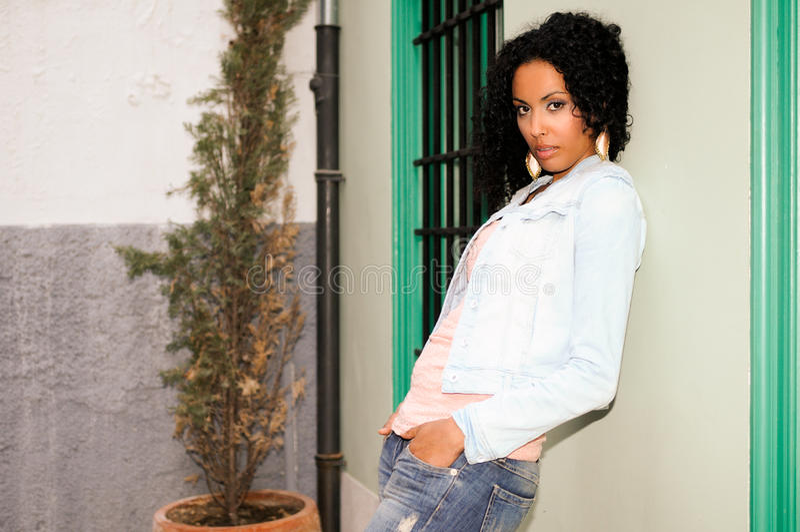 Jeune femme de couleur à l'arrière-plan urbain photos libres de droits