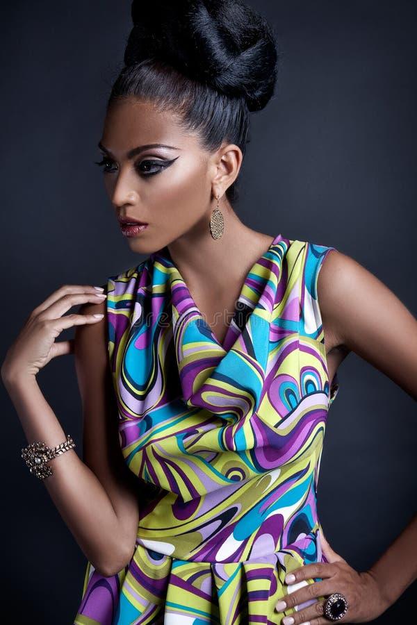 Jeune femme de couleur à la mode photo stock