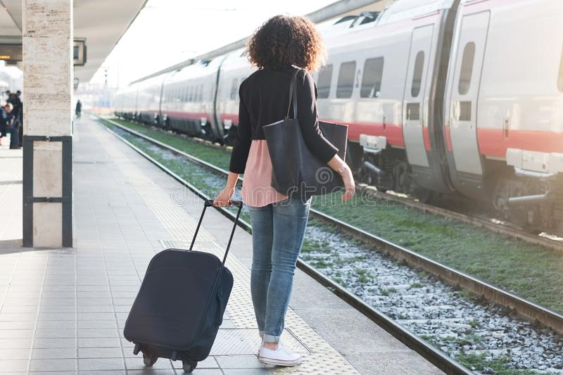 Jeune femme de couleur attendant le train image libre de droits