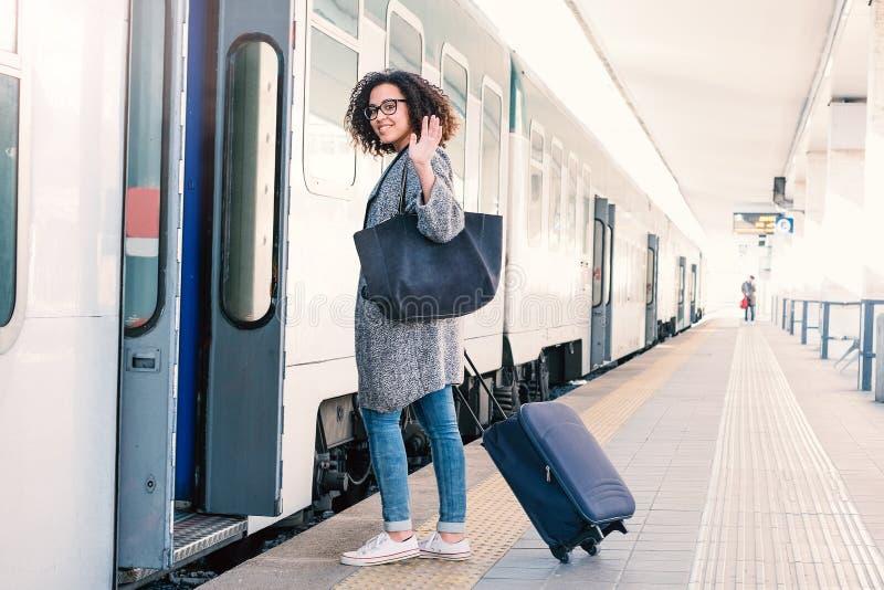 Jeune femme de couleur attendant le train photographie stock libre de droits