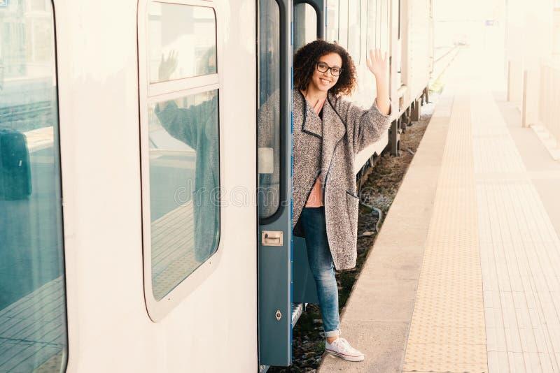 Jeune femme de couleur attendant le train photos stock