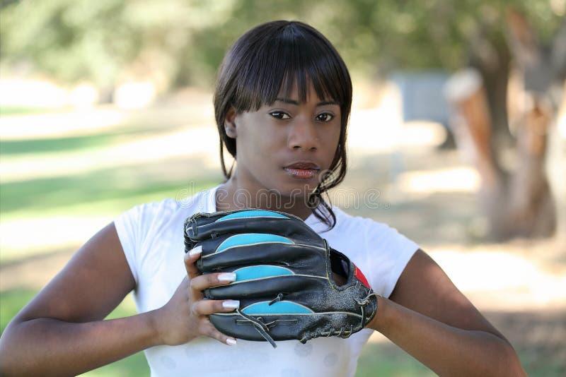 Jeune femme de couleur avec le gant de base-ball à l'extérieur image stock