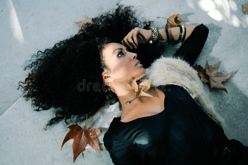 Jeune femme de couleur en stationnement photographie stock