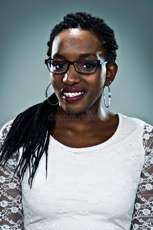 Jeune femme de couleur heureuse photo libre de droits