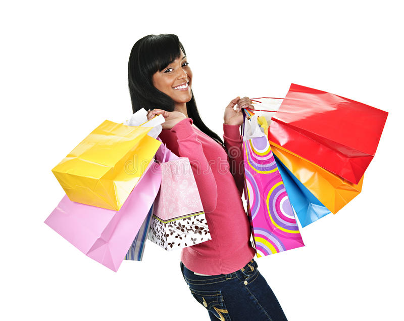 Jeune femme de couleur heureuse avec des sacs à provisions photo stock
