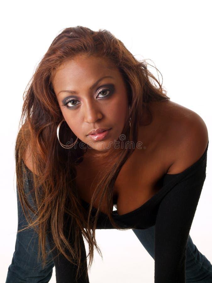 Jeune femme de couleur mélangée se penchant au-dessus de la verticale images stock