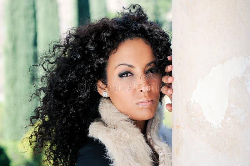 Jeune femme de couleur, modèle de mode photos stock