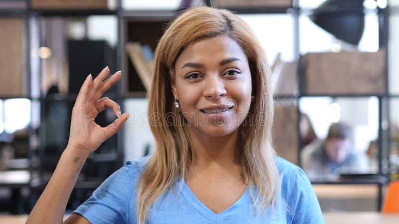 Jeune femme de couleur montrant le signe correct, ok photos libres de droits