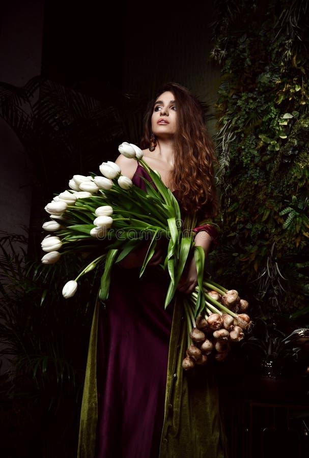 Jeune femme de cru avec le grand bouquet des fleurs blanches de tulipe de ressort frais Feuilles de vert de style de ressort photo libre de droits