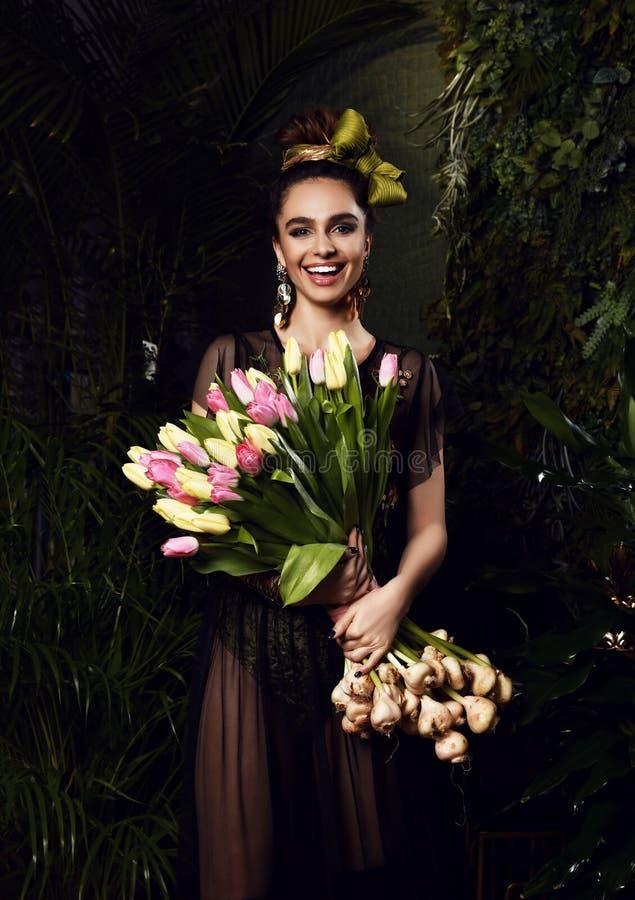 Jeune femme de cru avec le grand bouquet des fleurs blanches de tulipe de ressort frais Feuilles de vert de style de ressort photos stock