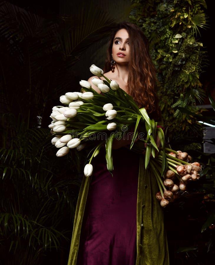 Jeune femme de cru avec le grand bouquet des fleurs blanches de tulipe de ressort frais Feuilles de vert de style de ressort image stock