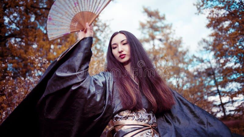 Jeune femme de danse dans le kimono, costume asiatique image stock