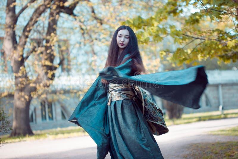 Jeune femme de danse dans le kimono, costume asiatique image libre de droits