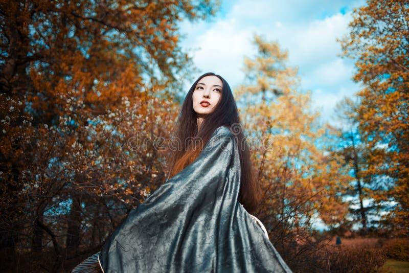 Jeune femme de danse dans le kimono, costume asiatique photographie stock