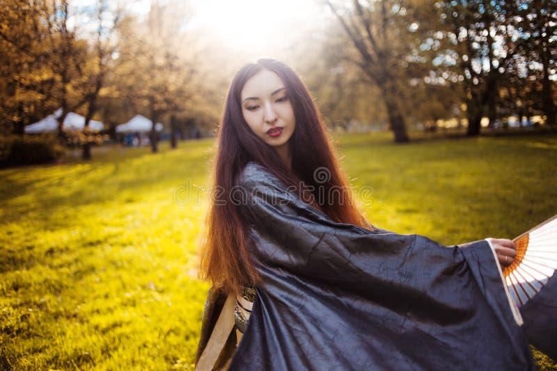 Jeune femme de danse dans le kimono, costume asiatique photo stock