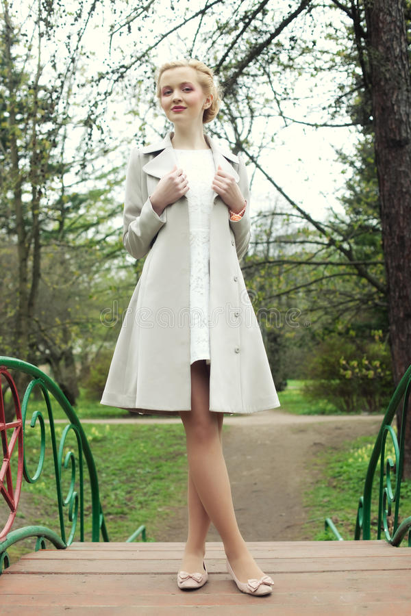 Jeune femme de fahion dans le jardin d'été photo libre de droits
