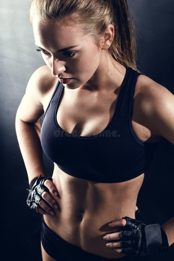 Jeune femme de forme physique image stock