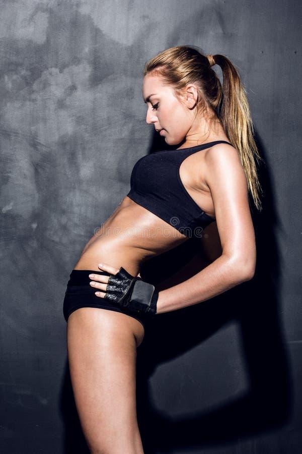 Jeune femme de forme physique photographie stock