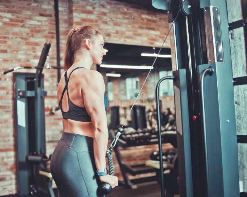Jeune femme de forme physique dans l'usage de sport photo stock