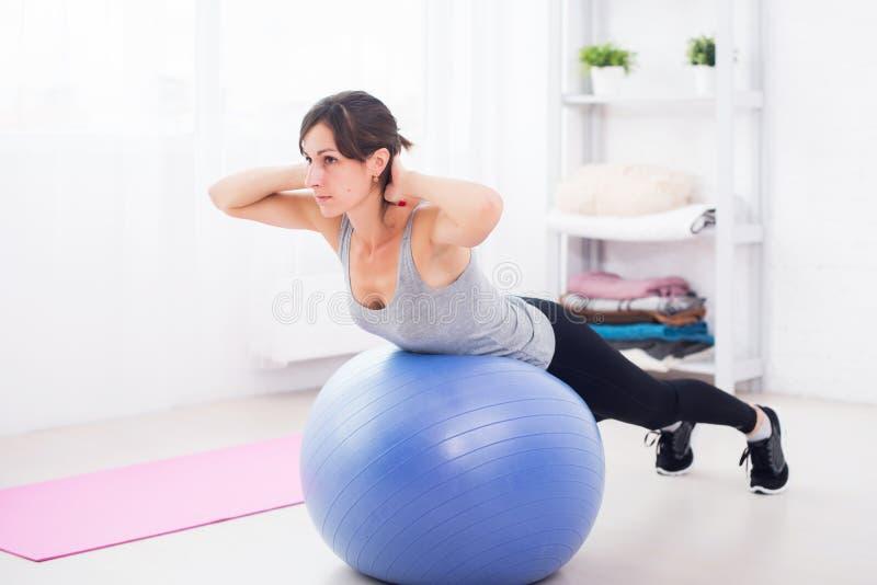Jeune femme de forme physique faisant des craquements abdominaux dessus photo libre de droits