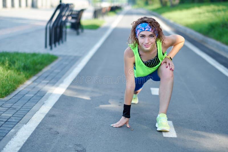 Jeune femme de forme physique ?tirant des jambes apr?s course dehors apr?s course images libres de droits