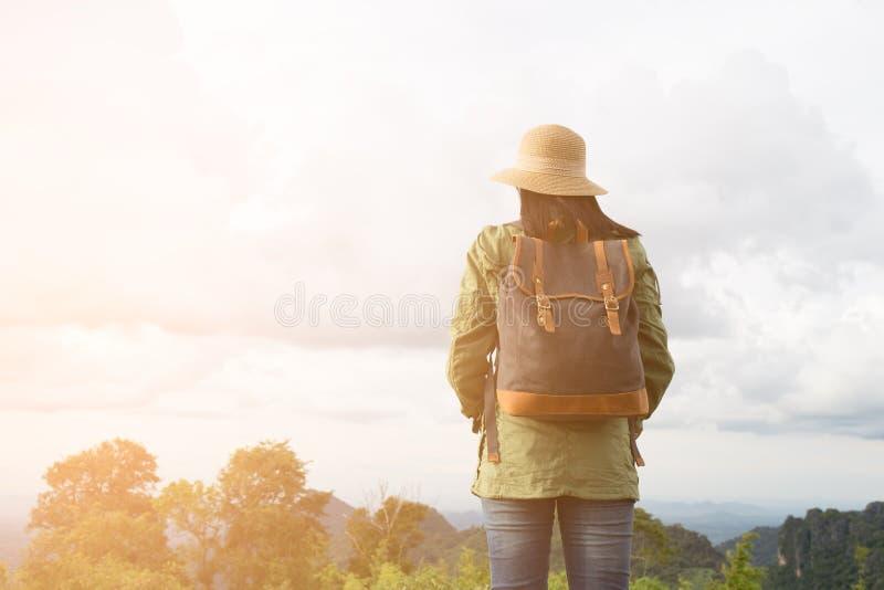 Jeune femme de hippie avec apprécier de sac à dos photo stock