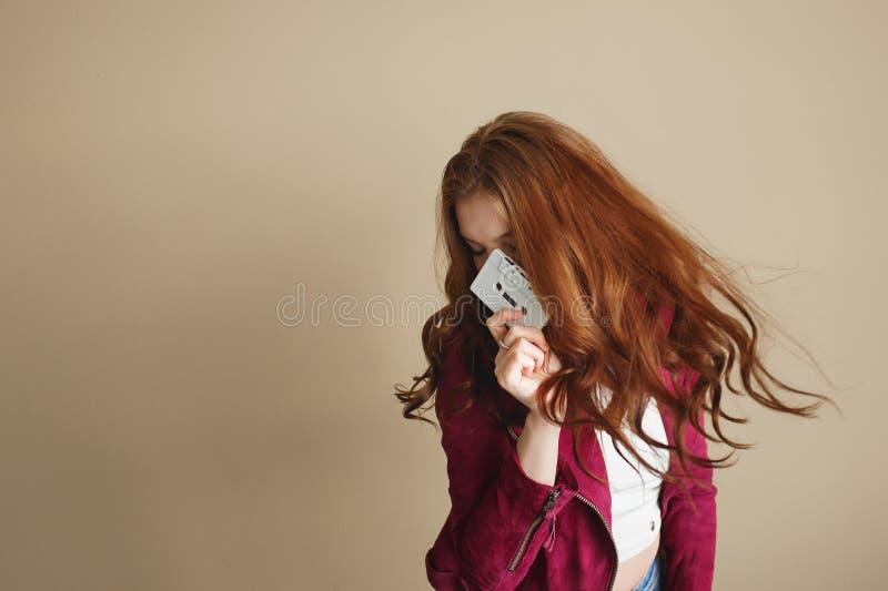 Jeune femme de hippie avec la rétro cassette sonore blanche Concept de la partie 90s image libre de droits