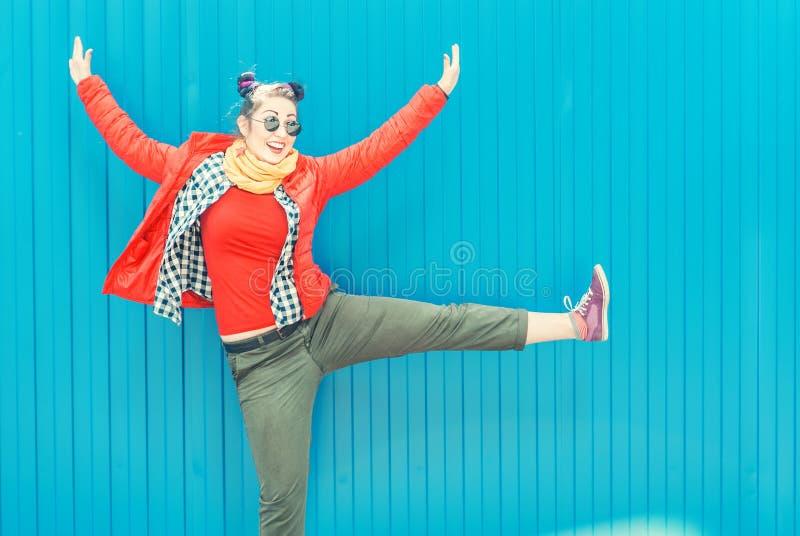 Jeune femme de hippie de mode avec les cheveux colorés ayant l'amusement photo stock