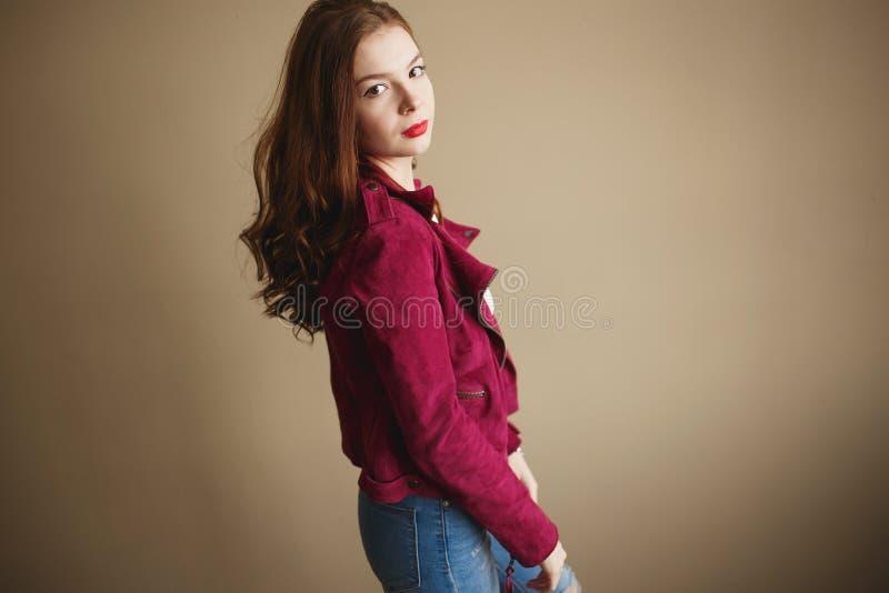 Jeune femme de hippie v?tue dans la veste magenta Beaux yeux, longs cheveux boucl?s bruns photographie stock