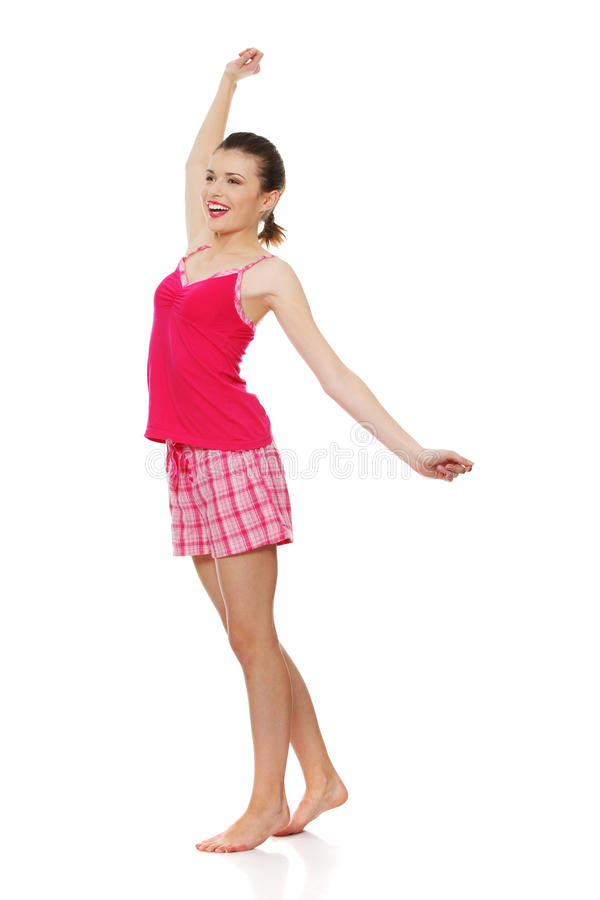 Jeune femme de l'adolescence dans des pyjamas roses photos stock