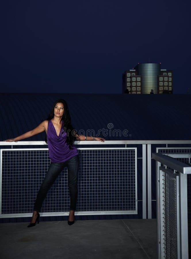 Jeune femme de l'Asie et du Pacifique attirant d'insulaire photographie stock