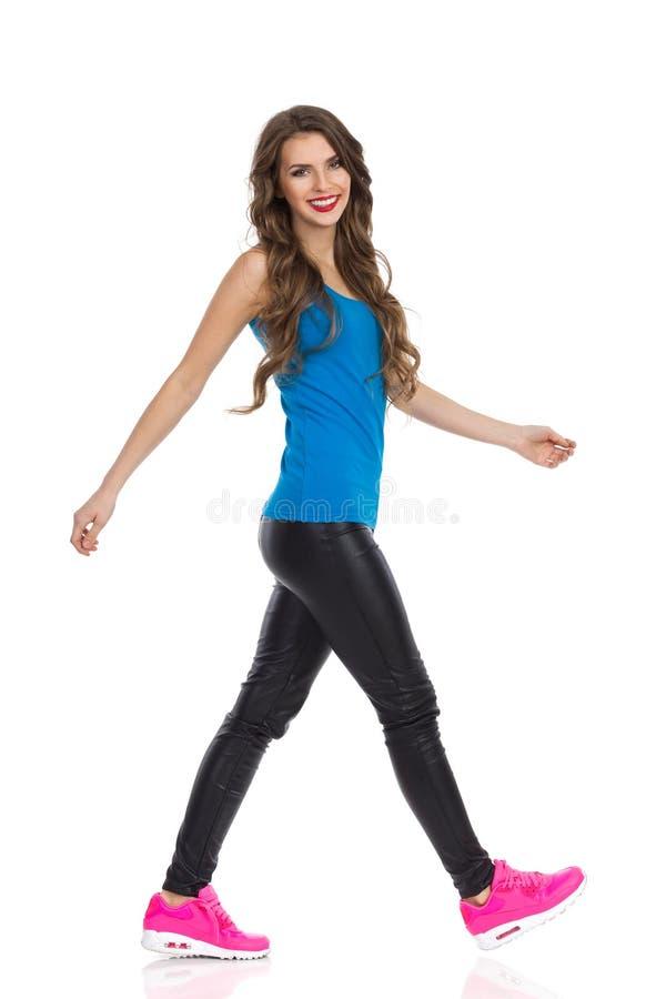 Jeune femme de marche photo stock
