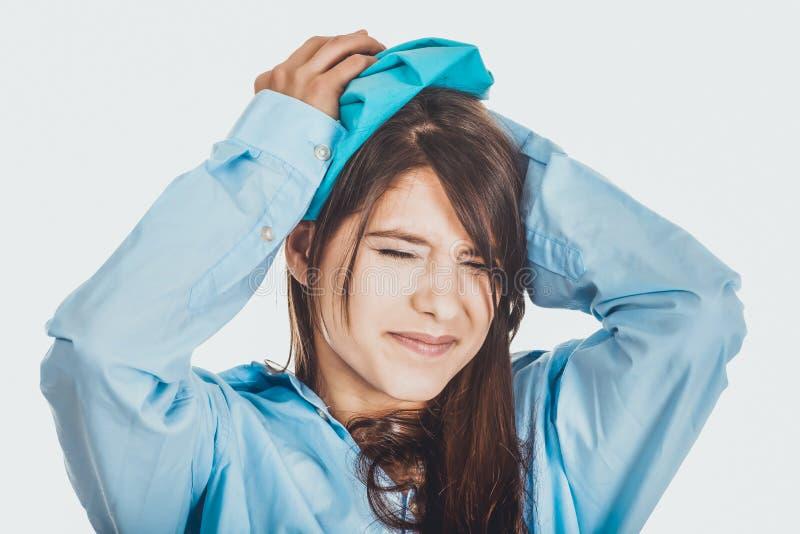 Jeune femme de matin avec le mal de tête photo libre de droits